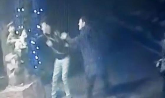 Неизвестный совершил акт вандализма в Алматы и попал на видео