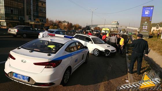 Полицейский автомобиль на месте аварии