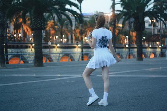 девушка в юбке и кроссовках
