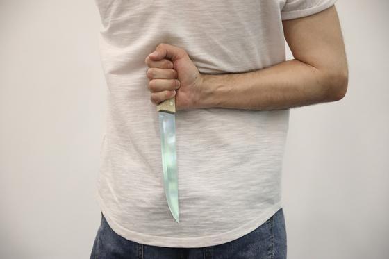 28-летний безработный с ножом напал на МФО в Нур-Султане