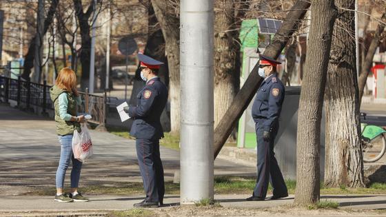 """""""Крутят всех"""": полиция начала задерживать митингующих в Алматы (видео)"""
