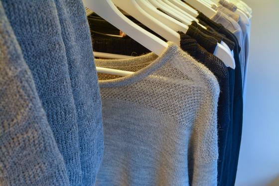 Вещи из натуральной шерсти висят в шкафу