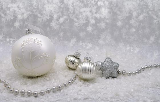Серебристые и белые игрушки на снегу