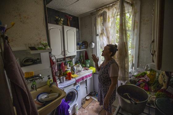 Женщина стоит в квартире