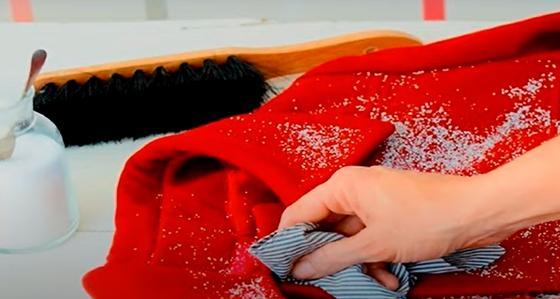 Сухая чистка пальто порошком и щеткой