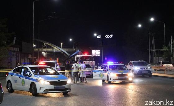 Полиция, эвакуатор и люди на месте аварии в Алматы
