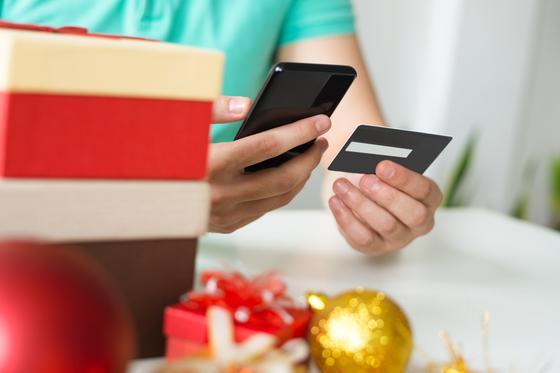 Девушка покупает подарки с помощью перевода с банковского вклада