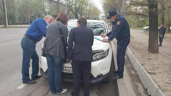 Люди стоят возле машины
