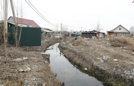 """""""Живем среди мусора"""": жители Алатауского района жалуются, что их игнорируют"""