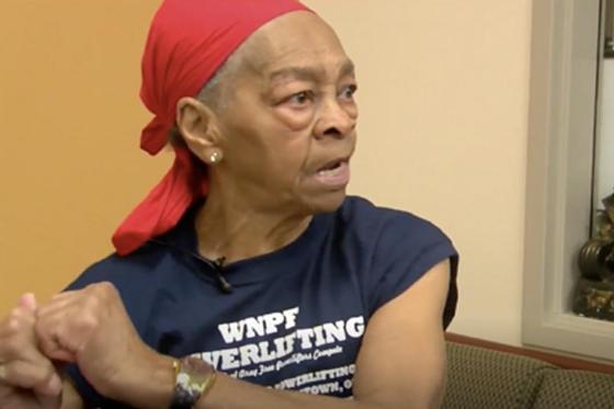 Старушка-бодибилдер избила забравшегося в дом злоумышленника столом