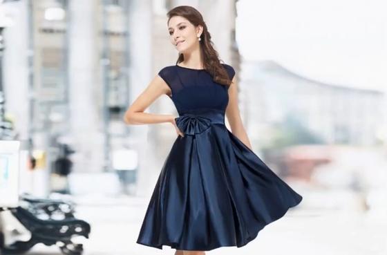 Короткое платье синего цвета с пышной юбкой