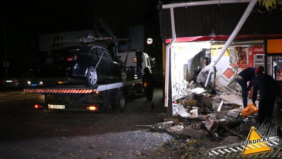 Врезавшийся в донерную автомобиль увезли на эвакуаторе