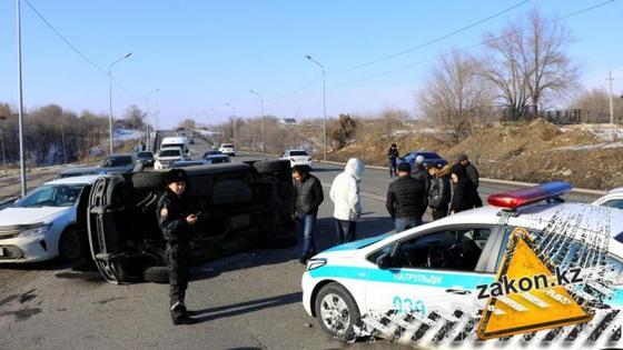 Автомобиль с 7 детьми перевернулся в Алматы (фото)