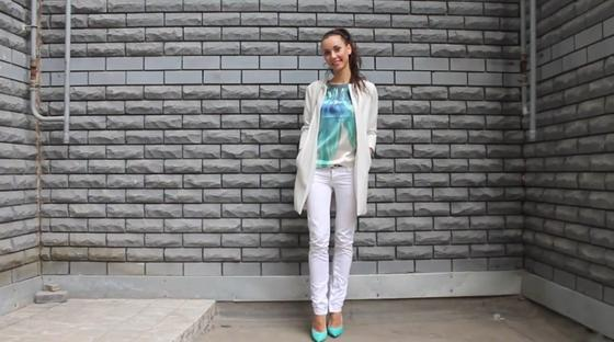 Девушка стоит около стены