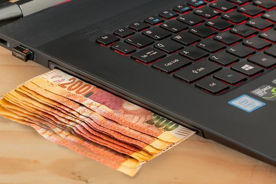 Бумажные деньги под ноутбуком