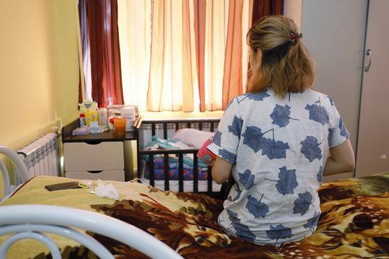 20-летняя алматинка живет в приюте для женщин, боясь сказать родным, что родила дочь