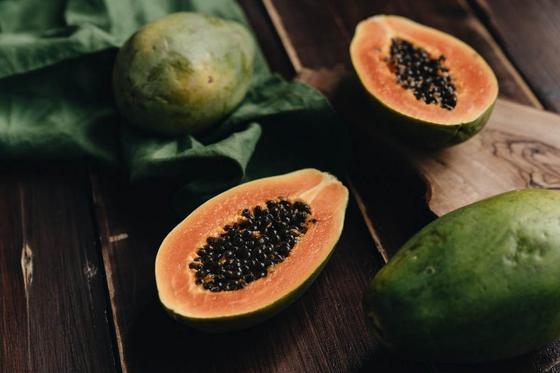 Экзотические фрукты на деревянной поверхности