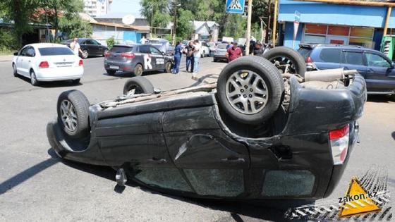 Беременная женщина пострадала в аварии в Алматы (фото)