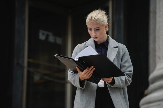 женщина просматривает документы