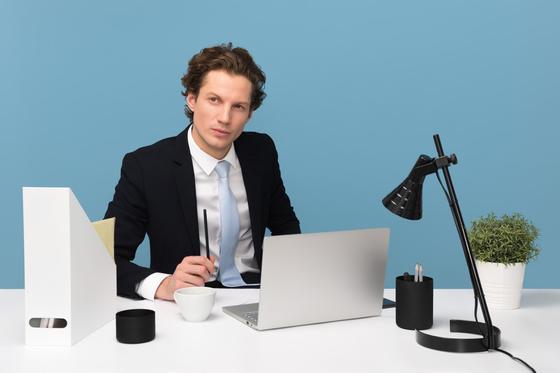 мужчина в костюме за рабочим столом