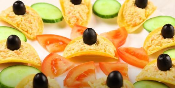 Чипсы с начинкой, огурцы, помидоры и маслины