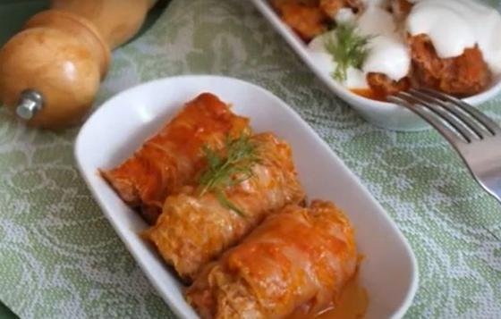 Голубцы из пекинской капусты в тарелке