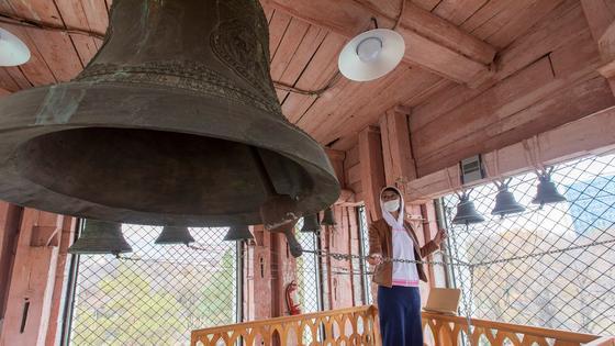 Девушка звонит в колокола