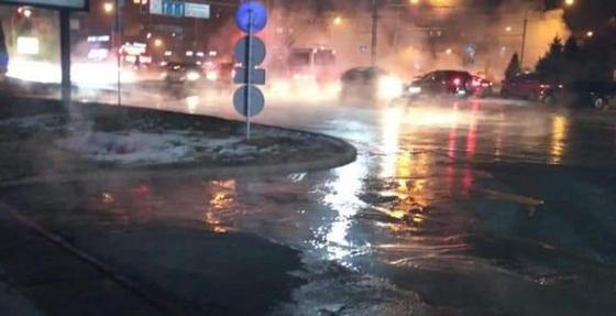 Алматинцы остались без горячей воды и отопления из-за прорыва трубопровода