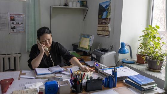 Женщина звонит по телефону