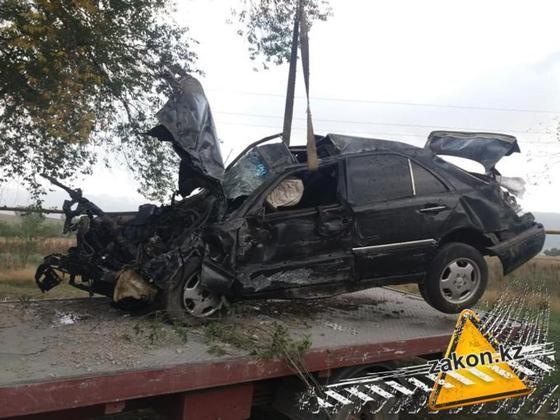 Двое человек погибло в страшной аварии на трассе Алматы-Бишкек (фото)