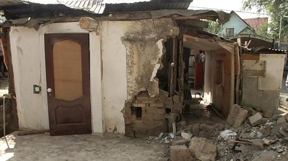 Детей едва не придавило обломками рухнувшего жилого дома в Алматы (видео)