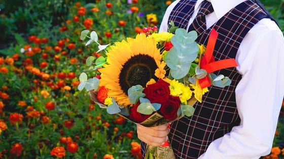 Ученик с цветами для учителя