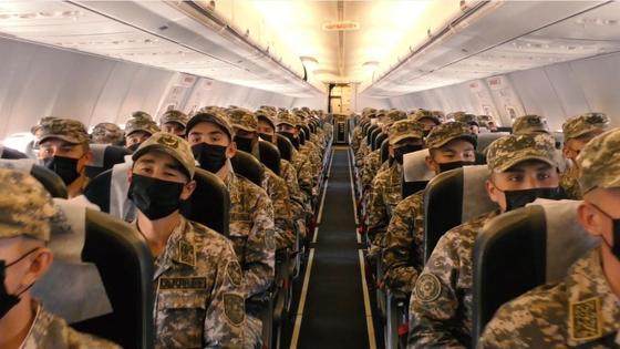 Военные летят на самолете