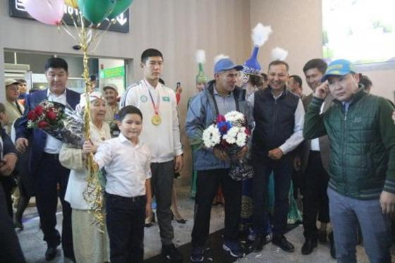 Шашу и баурсаки: как встречали чемпиона мира Бекзата Нурдаулетова в Актау