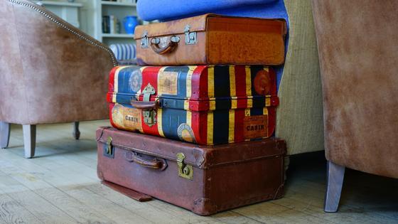 Сложенные стопкой чемоданы