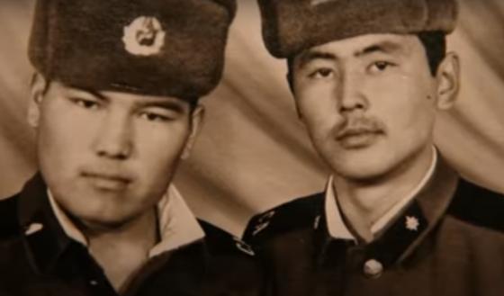 Двое юношей (Кайрат Рыскулбеков и его сослуживец) в солдатских формах
