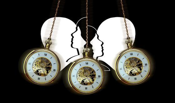 Часы для гипноза на фоне очертаний человеческих голов