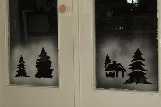 Украшение окна искусственным снегом