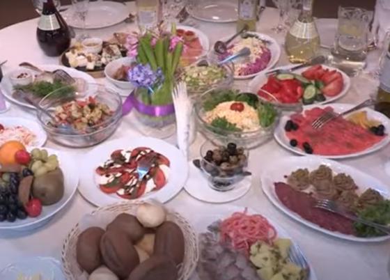 Блюда с едой на праздничном столе