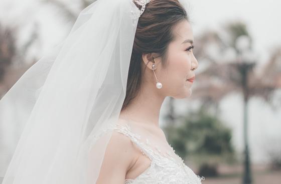 Невеста с распущенными волосами в фате