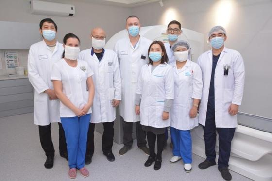 Команда врачей позирует для фото