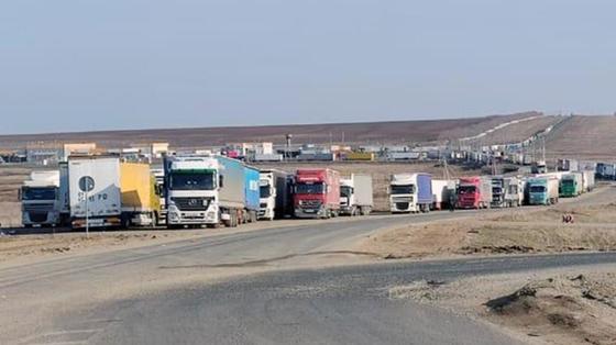 Грузовики стоят в очереди на границе