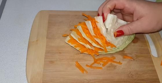 Капуста переслаивается морковью