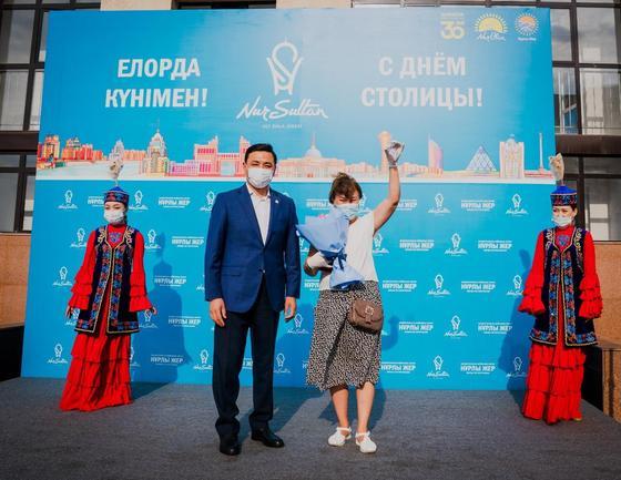 Алтай Кульгинов стоит рядом с женщиной