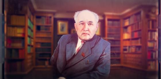 Мухтар Ауэзов на фоне полок с книгами
