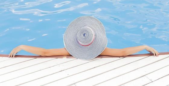 Женщина искупалась в бассейне на испанском курорте и умерла