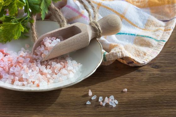 """""""Вас за это судить надо"""": астанчане продают краденную соль Розового озера"""