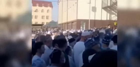800 человек пришли на похороны религиозного деятеля в Туркестанской области, несмотря на коронавирус