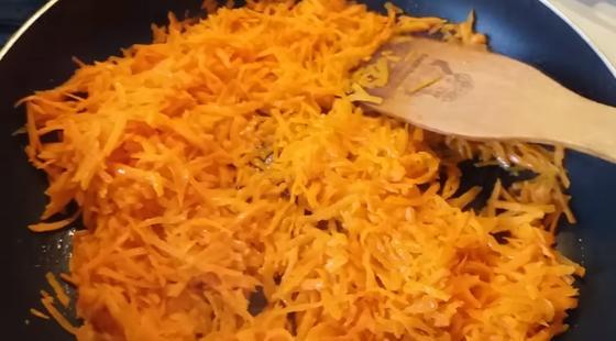 Морковь с луком на сковороде