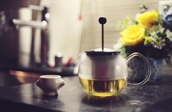 Чайник с чаем и чашка на столе